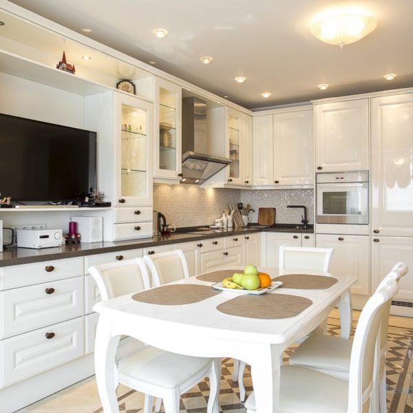 Угловая белая современная кухня