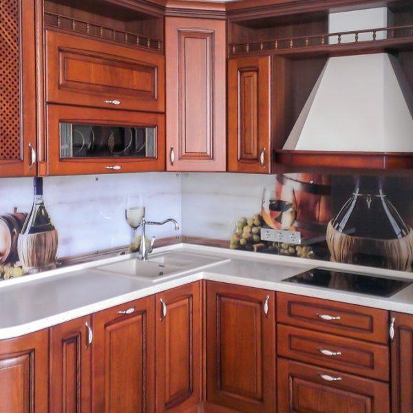 Угловая цветная классическая кухня