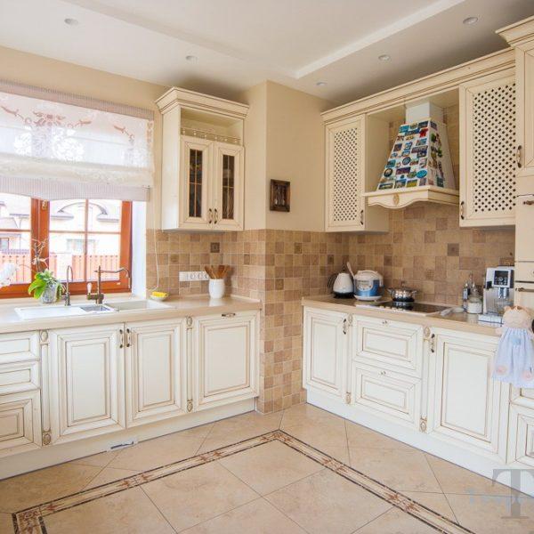 Светлая классическая кухня с окном