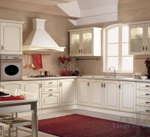Белая классическая кухня с окном