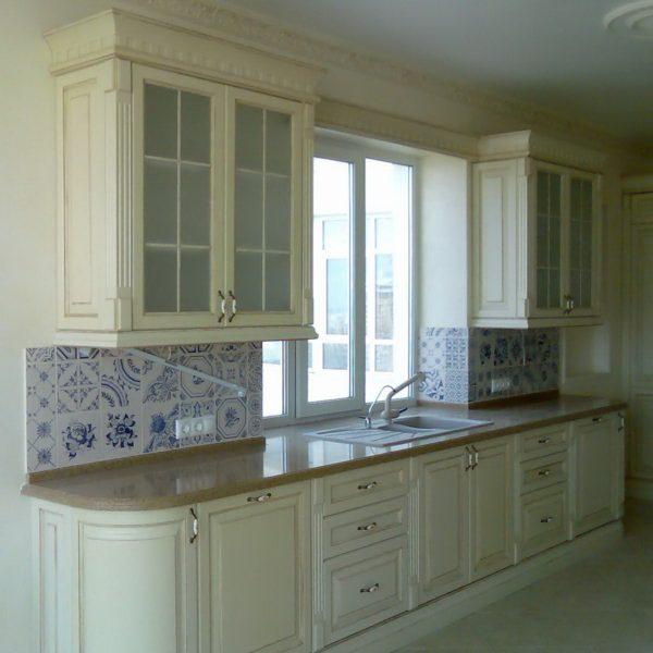 Классическая светлая кухня с окном