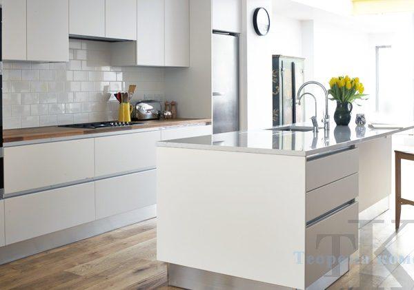 Белая кухня с барной стойкой хай-тек