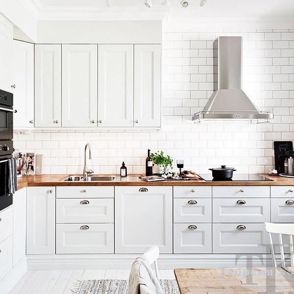 Угловая белая классическая кухня