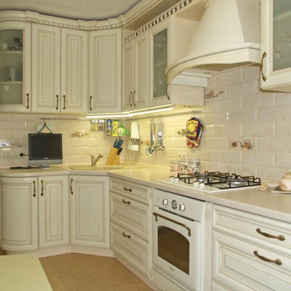 Угловая светлая классическая кухня