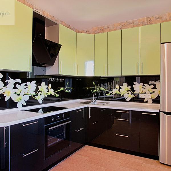 Угловая цветная современная кухня