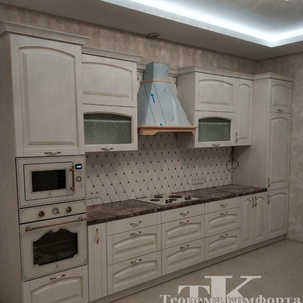 Прямая светлая классическая кухня