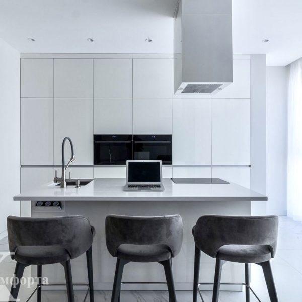 Прямая белая современная кухня с островом