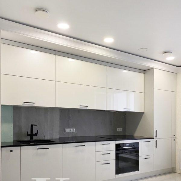 Прямая светлая современная кухня
